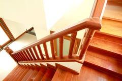 Trätrappa och handrail Arkivbilder