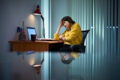 Trött flickahögskolestudent Studying At Night Royaltyfria Foton