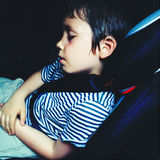 Trött pojke som sover i bil Royaltyfria Foton