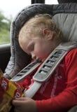 Trött sova barn i bil Royaltyfri Fotografi