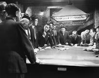 Truands se réunissant autour de la table de billard photographie stock libre de droits