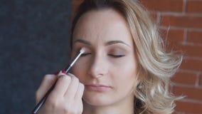 Truccatore professionista che mette i cosmetici sul fronte di modello video d archivio