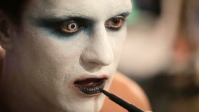 Truccatore sul lavoro che applica trucco di Halloween video d archivio