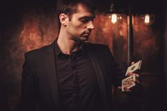 Trucchi di rappresentazione dell'uomo con le carte Immagini Stock