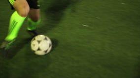 Trucchi piacevoli tramite il giocatore di football americano Gioventù che gioca calcio archivi video