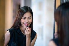 Trucco asiatico di signora da rossetto rosso Fotografia Stock Libera da Diritti