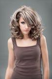Trucco biondo e capelli di stile della donna 60s del ritratto Fotografie Stock