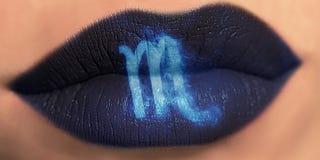 Trucco creativo d'avanguardia del labbro Scorpione lucido brillante delle labbra del primo piano immagine stock