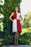 Trucco d'uso di lustro del sole del parco della passeggiata del vestito dalla bella donna sexy Fotografia Stock