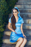Trucco d'uso di lustro del sole del parco della passeggiata del vestito dalla bella donna sexy Immagine Stock