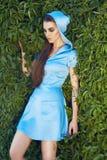 Trucco d'uso di lustro del sole del parco della passeggiata del vestito dalla bella donna sexy Fotografie Stock