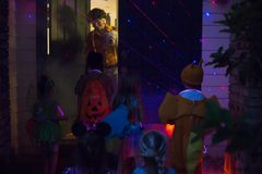 Trucco dei bambini e di Halloween o trattare andare di porta in porta alla notte immagini stock