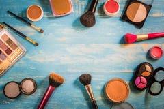 Trucco dei cosmetici di vista superiore disposto su una tavola di legno Fotografie Stock