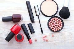 Trucco dei cosmetici su di legno bianco Fondo Derisione di vista superiore su Fotografie Stock