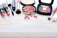 Trucco dei cosmetici su di legno bianco Fondo Derisione di vista superiore su Fotografia Stock