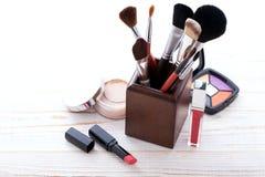 Trucco dei cosmetici su di legno bianco Fondo Derisione su Immagine Stock Libera da Diritti