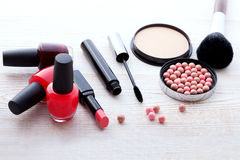 Trucco dei cosmetici su di legno bianco Fondo top Immagine Stock