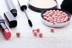Trucco dei cosmetici su di legno bianco Fondo top Immagini Stock