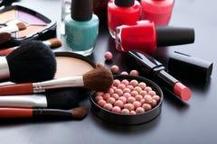 Trucco dei cosmetici su fondo nero Derisione di vista superiore su Fotografie Stock Libere da Diritti