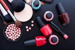 Trucco dei cosmetici su fondo nero Derisione di vista superiore su Fotografia Stock
