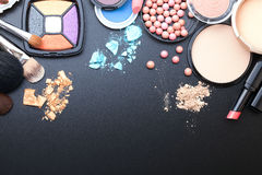 Trucco dei cosmetici su fondo nero Vista superiore Immagine Stock