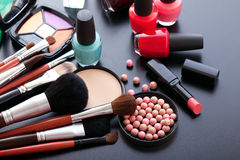 Trucco dei cosmetici su fondo nero Vista superiore Immagini Stock
