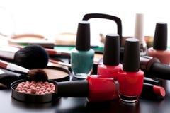Trucco dei cosmetici sul fondo nero di bianco della tavola Immagini Stock