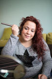 Trucco della donna a casa Fotografia Stock Libera da Diritti