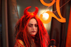 Trucco della strega del vestito operato dal partito di Halloween Fotografia Stock