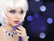 Trucco di bellezza Chiodi Manicured Bob Blond Girl adatti i monili immagini stock libere da diritti