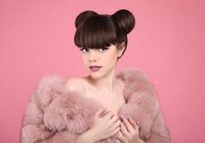 Trucco di bellezza Modello teenager della ragazza di modo in pelliccia Spirito castana Fotografie Stock Libere da Diritti