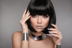 Trucco di bellezza, unghie polacche Manicured d'argento Acconciatura di Bob Fas fotografia stock