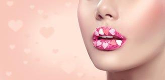 Trucco di giorno di biglietti di S. Valentino Le labbra con lo zucchero rosa dei cuori spruzza Trucco del dolce dei cuori del big Fotografie Stock Libere da Diritti