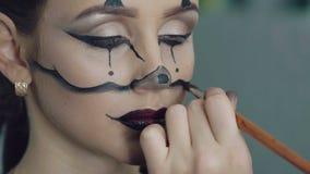 Trucco di Halloween della ragazza del disegno dell'artista nello studio di arte video d archivio