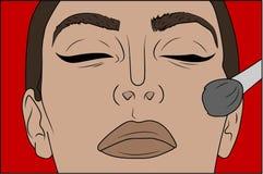 Trucco di Pop art Primo piano di uso sexy della ragazza l'arrossimento Cosmetici che appliying sul fronte femminile Fotografia Stock Libera da Diritti