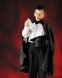 Trucco di scheda del giovane mago Fotografia Stock