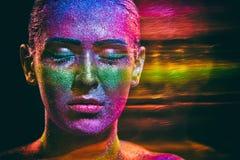 Trucco di scintillio su un bello fronte della donna su un fondo nero Fotografia Stock Libera da Diritti