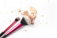 Trucco due spazzole e polvere schiacciata isolate su fondo bianco Fotografia Stock Libera da Diritti