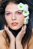 Trucco e fiori del ritratto di fascino della donna di bellezza Fotografia Stock