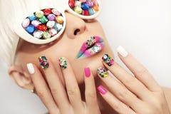 Trucco e manicure con i cristalli immagini stock libere da diritti