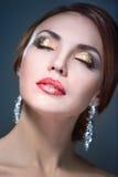 Trucco luminoso del eith della donna di bellezza fotografia stock libera da diritti