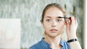 Trucco moderno per il fronte fresco dell'adolescente grazioso Stile di vita naturale archivi video