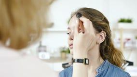 Trucco moderno per il fronte fresco dell'adolescente grazioso Stile di vita naturale video d archivio
