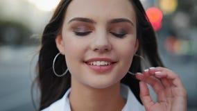 Trucco naturale sorridente della ragazza di giovane trattamento della pelle stock footage