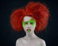 Trucco rosso di rosso di verde dei capelli della ragazza Immagine Stock Libera da Diritti