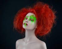 Trucco rosso di rosso di verde dei capelli della ragazza Fotografie Stock