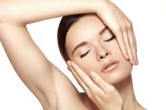 Trucco, stazione termale & estetiche Bello fronte del modello della donna con pelle pulita