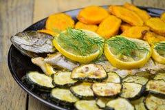 Trucha asada a la parrilla con las verduras Imagen de archivo