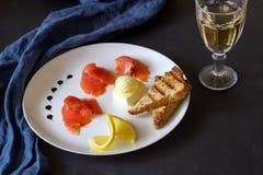 Trucha, mantequilla, pan y vino blanco Fondo oscuro foto de archivo libre de regalías