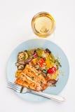 Trucha sana con las verduras de la carne asada Imágenes de archivo libres de regalías